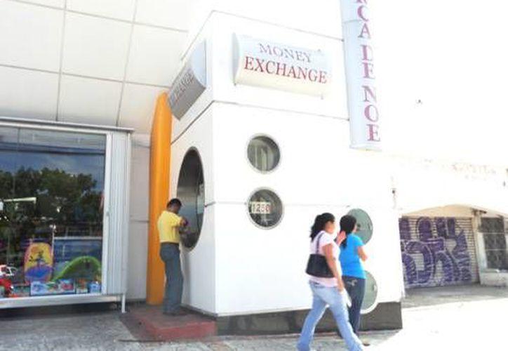 De aproximadamente 50 casas de cambio que había en Cancún, continúan operando sólo 10 o 12. (Foto de Contexto/Internet)
