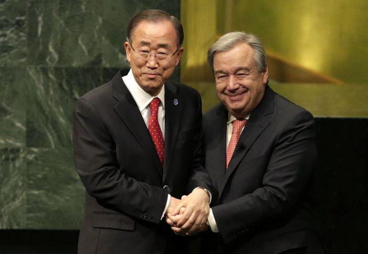 Ban Ki-moon (izq), secretario general saliente, y Antonio Guterres, entrante, estrechan sus manos tras el 'pase de mando' en la ONU. (AP)