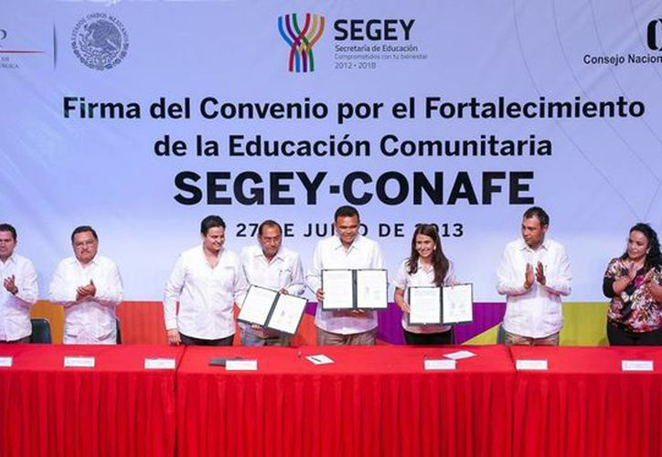 El Gobernador y las autoridades del Conafe firmaron el convenio. (SIPSE)
