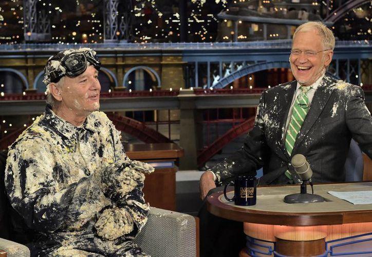 El presentador David Letterman con su amigo, el actor Bill Murray, en una emisión de Late Show, al que dirá adiós este miércoles por la noche. (Foto: AP)