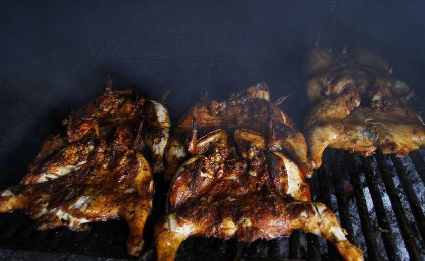 Inspeccionan venta de pollo asado al aire libre. (Tomás Álvarez/SIPSE)