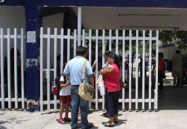 Los papás han denunciado el acoso escolar que sufren sus hijos. (Tomás Álvarez/SIPSE)