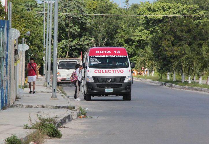 """Las minivans que dan servicio en las colonias Altamar y Miraflores están rotuladas con la leyenda """"Ruta 13"""".  (Gustavo Villegas/SIPSE)"""