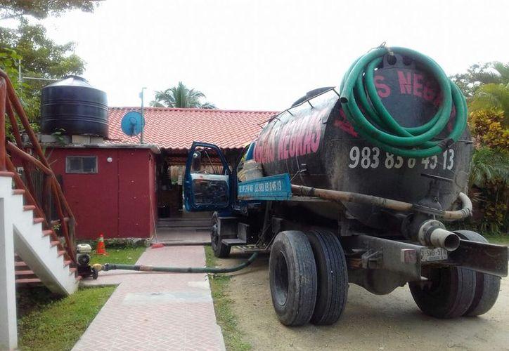 No cuentan con padrón de empresas que brinden servicio de tratamiento de aguas residuales a negocios de Bacalar. (Javier Ortiz/SIPSE)