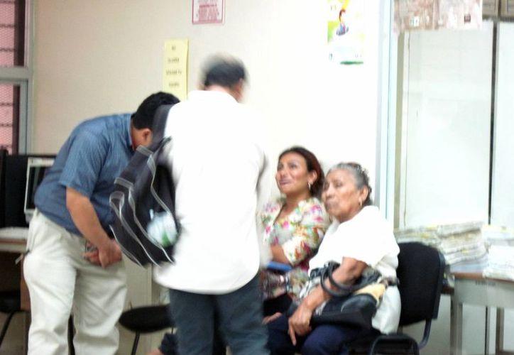 Josefina Suárez Chablé, viuda de Adolfo Várguez, quien murió por la explosión de la pipa de gas, en los juzgados donde recibió la indemnización. (Milenio Novedades)