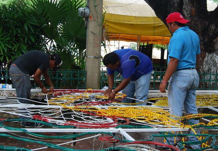 Para la decoración se utilizaron 10 mil metros de cable y cinco mil focos. (Tomás Álvarez/SIPSE)