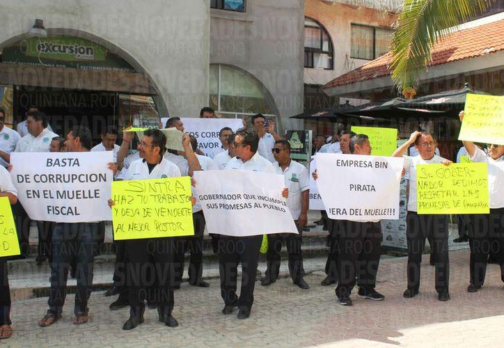 Los taxistas expusieron en pancartas su descontento. (Octavio Martínez/SIPSE)