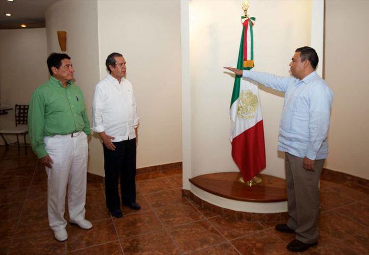 Imagen de David Cienfuegos Salgado (der) cuando tomo protesta como nuevo secretario general de Gobierno de Guerrero. (Archivo/Notimex)