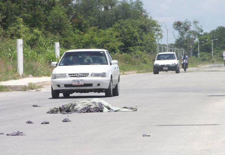 Personal recolector de basura tiraron los deshechos a escasos metros de la colonia. (Harold Alcocer/SIPSE)