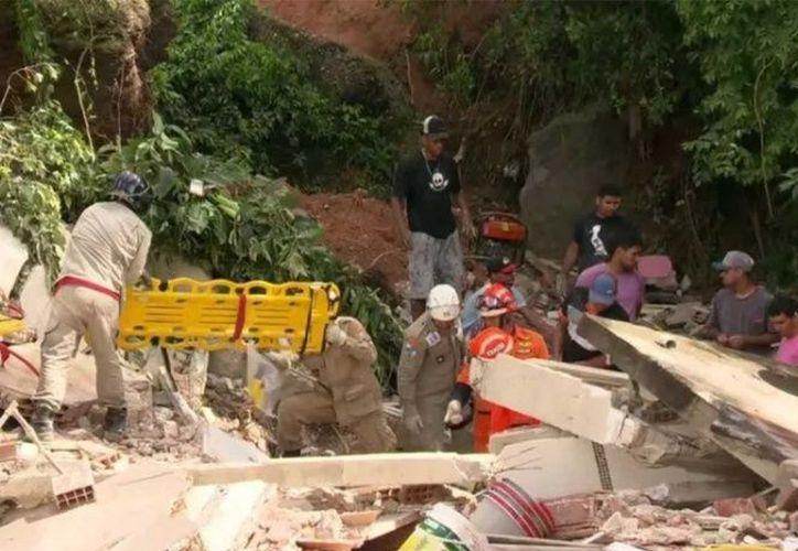 Un deslizamiento de tierra sepulta un área de la comunidad del Morro da Boa Esperança, en Río de Janeiro. (Fotos: Twitter)