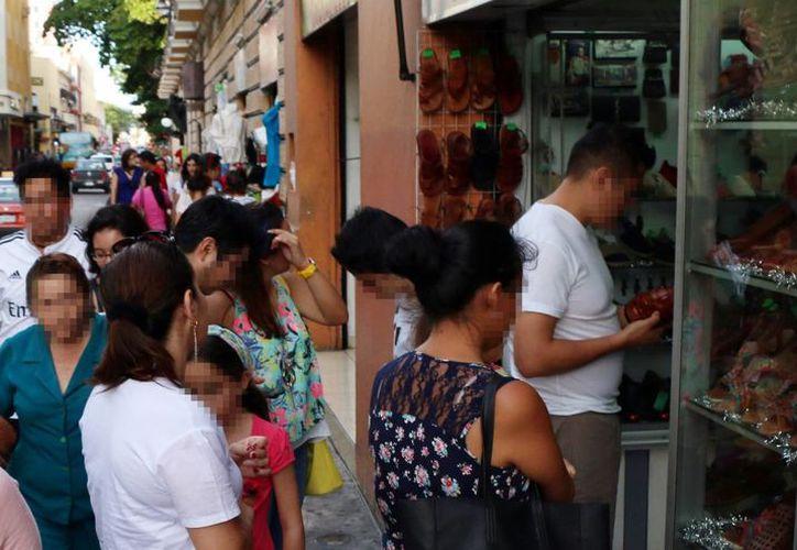 En estas fechas muchas personas se endeudan por las compras decembrinas. Imagen del centro de Mérida con cientos de compradores. (Milenio Novedades)