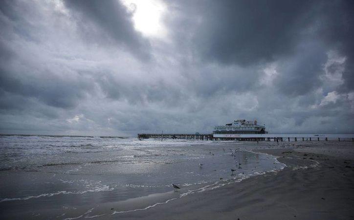 Cielo nublado, presagio de la llegada del huracán Matthew se observa la mañana del jueves 6 de octubre de 2016 cerca de Daytona Beach, Florida. (Foto: Will Vragovic/Tampa Bay Times vía AP)
