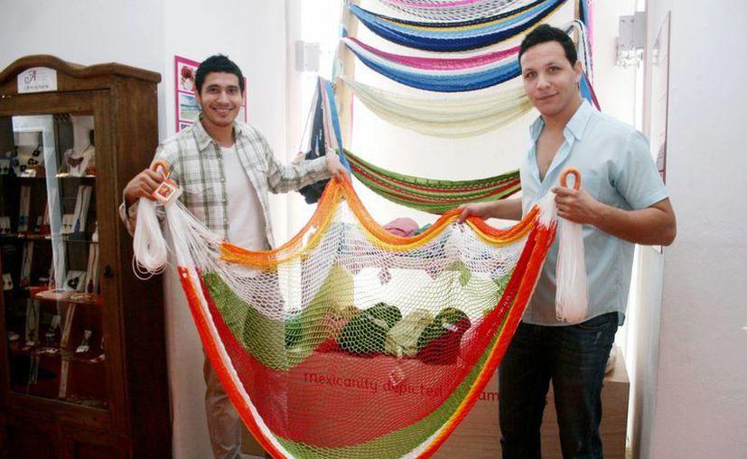Dos jóvenes que emprenden un negocio de hamacas, donde el cliente elige el color, forma, tipo de hilo y tamaño. (Milenio Novedades)