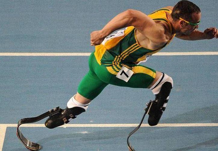 Oscar Pistorius fue el primer atleta con prótesis en competir en unos Juegos Olímpicos. Lo hizo en Londres 2012, pero ahora se aprobó una prohibición para que ningún atleta con prótesis compita en Mundiales. (rtve.es)