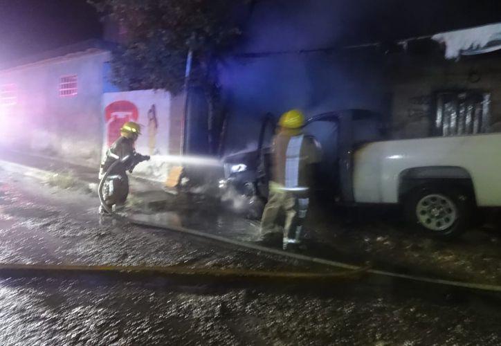 Una camioneta se incendió durante la madrugada del viernes en la colonia Payo Obispo de Chetumal. (Cortesía)