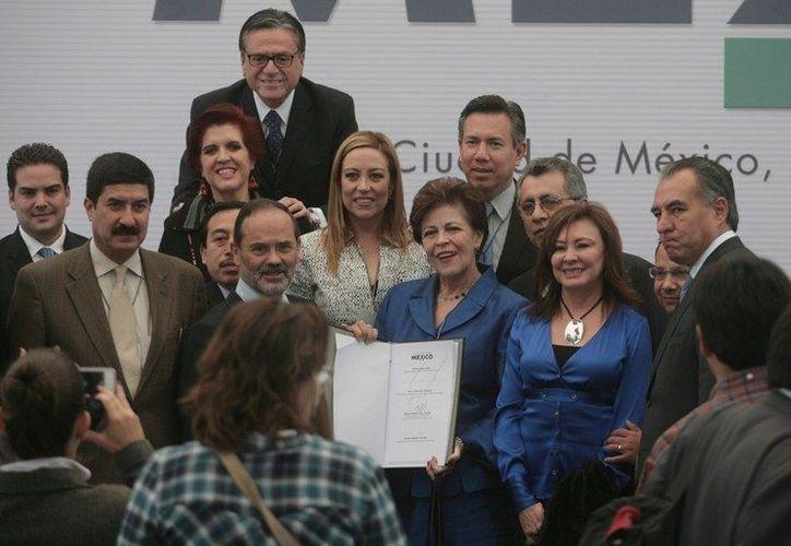 Los líderes panistas, entre ellos Beatriz Zavala, durante la firma del documento. (pan.org.mx)