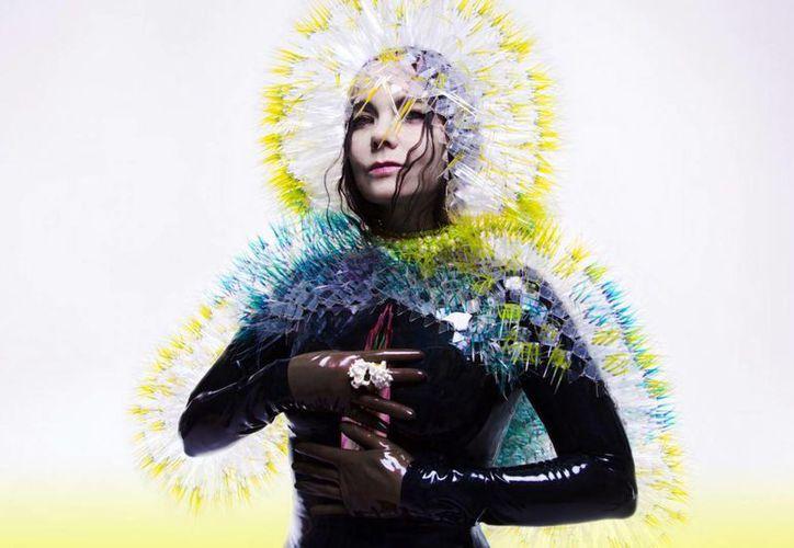 La cantante saca a relucir sus sentimientos al flotar entre melodías intuitivas, electrónica y su siempre poderosa voz. (bjork.fr)