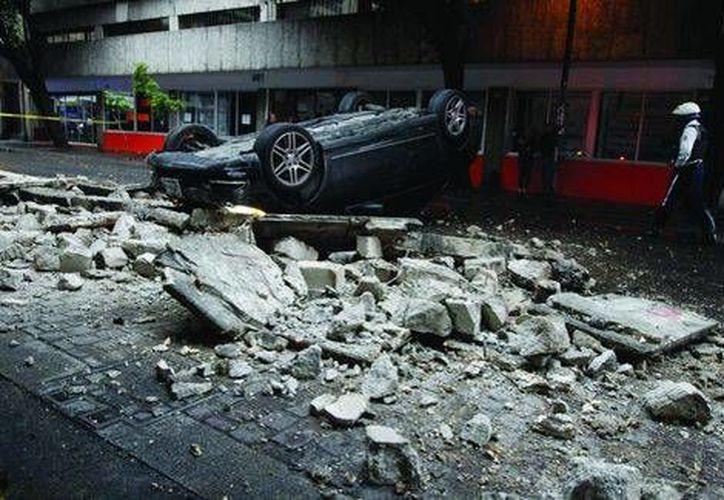 Así quedó el automóvil tras caer del tercer piso. El conductor solo tuvo una crisis nerviosa. (Henry Saldaña/MILENIO)