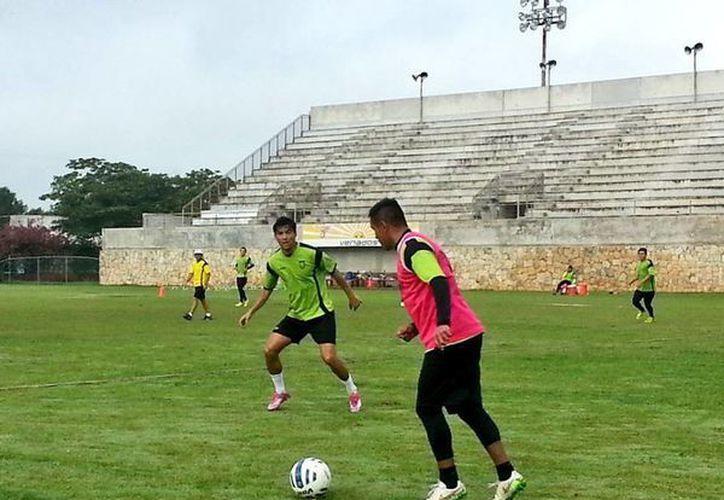El cuadro yucateco retomó sus entrenamientos en Tamanché después de confrontar un partido amistoso contra Santos Laguna el lunes pasado en Playa del Carmen. En la foto; Los jugadores del cuadro astado disputan un partido de interescuadras el día de ayer. (Sipse)