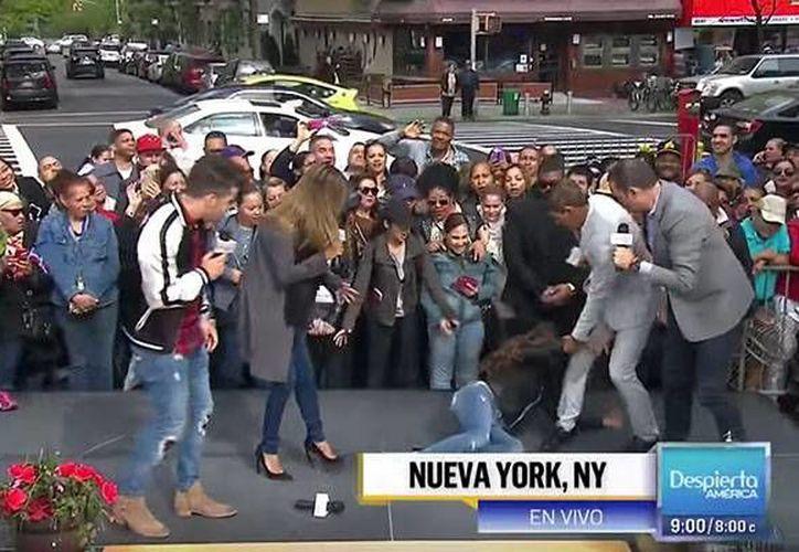 Momento en que la conductora Francisca Lachapel se desmaya durante la transmisión en vivo del programa <i>Despierta América</i> de Univisión. (Captura de pantalla YouTube)