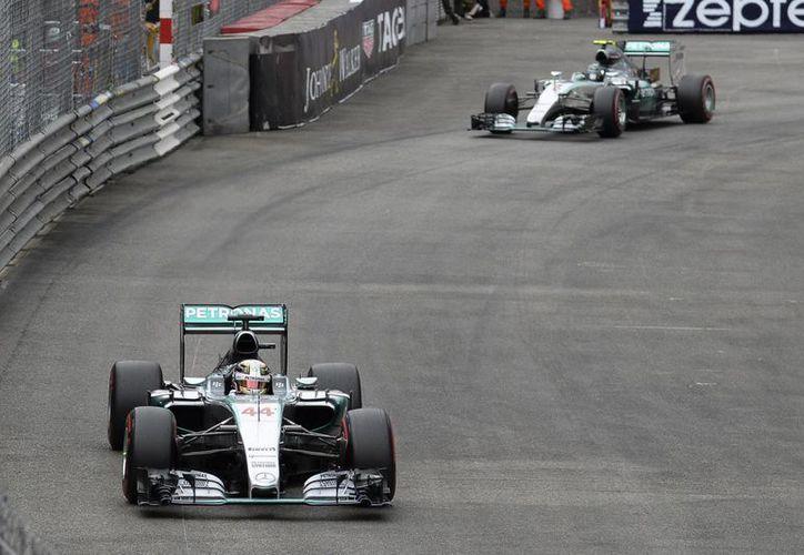 El inglés Lewis Hamilton aparece por delante de su coequipo Nico Rosberg en pruebas rumbo al Gran Premio de Mónaco. Al final el primero ganó la pole position. (Foto: AP)