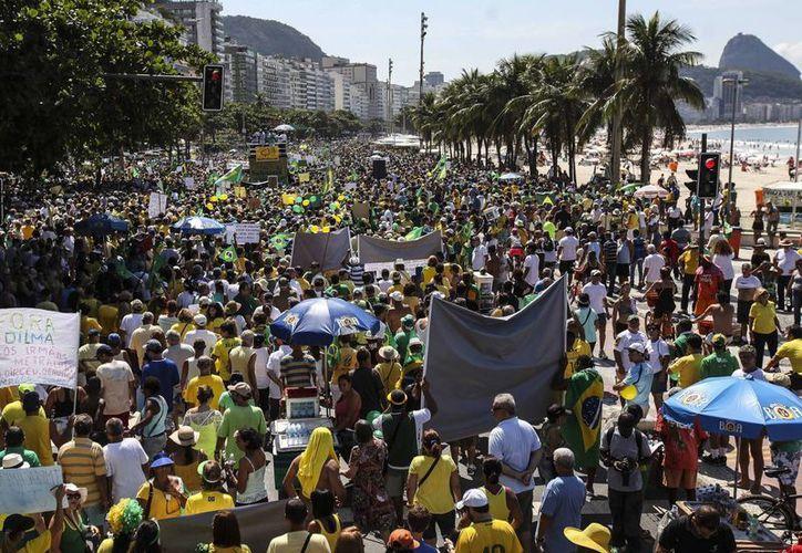 Cientos de personas participan en una manifestación contra el Gobierno de la presidenta de Brasil Dilma Rousseff este 12 de abril en la playa de Copacabana en Río de Janeiro, Brasil. (EFE)