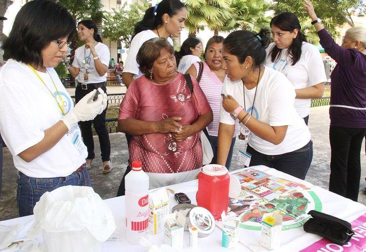 El módulo del DIF Municipal para detección de diabetes está en la Plaza Grande de Mérida. (Cortesía)