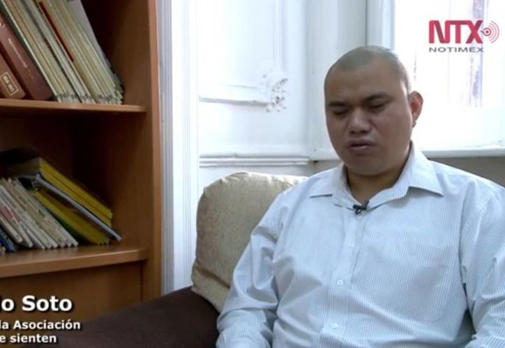 Sergio Soto vive en la capital del país, es ciego y es completamente independiente. (Notimex)