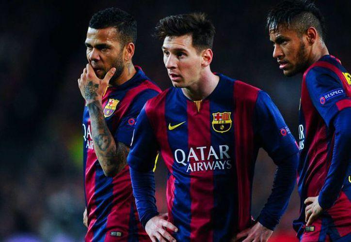 Dani Alves (i), Messi, Neymar (d) y otros dos barcelonistas aparecen en el once ideal de la UEFA, previo a la entrega de premios de este lunes 11. (goal.com)