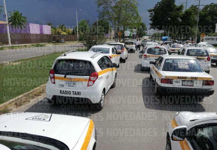 Unidades de taxis, inician el bloque en Chetumal. (Joel Zamora/ SIPSE)