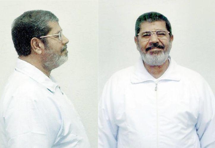 El depuesto presidente de Egipto Mohamed Mursi aparece con el traje blanco de recluso en las primeras fotografías tomadas tras su ingreso en la cárcel de Burg al Arab. (EFE)