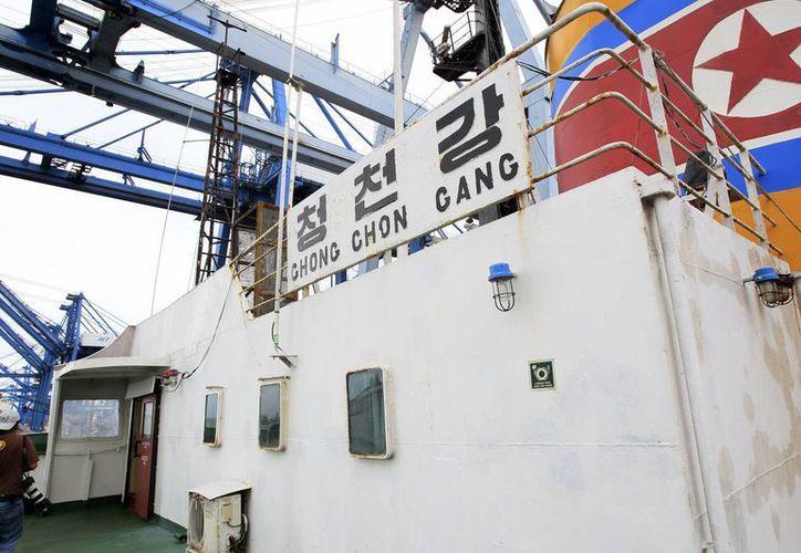 Fotografía de archivo donde se ve parte del barco de bandera norcoreana Chong Chon Gang en el cual las autoridades de Panamá hallaron armas. (Archivo/EFE)