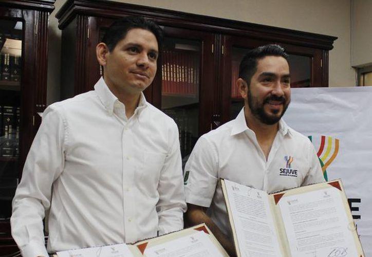 El titular de Cultur, Dafne López Martínez (i) y el de la Sejuve,  Luis Borjas Romero, durante la firma de un acuerdo. (Foto cortesía del Gobierno de Yucatán)