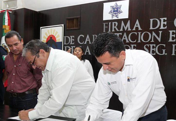 El alcalde firmó convenio con la Academia Regional de Seguridad Pública de Occidente. (Cortesía/SIPSE)