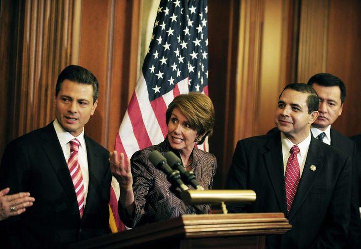 Peña Nieto se reunió con la líder de la minoría demócrata en la Cámara de Representantes, Nancy Pelosi. (Notimex)