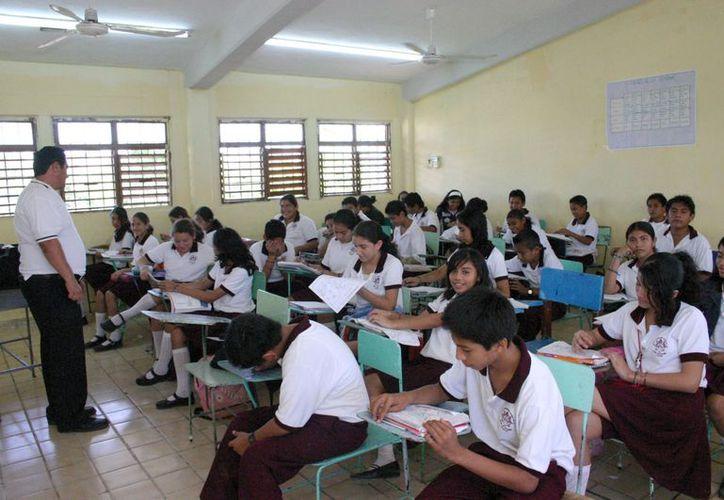 Los maestros, cuyos alumnos obtuvieron los puntajes más altos en la prueba Enlace, no han recibido los estímulos económicos. (Tomás Álvarez/SIPSE)