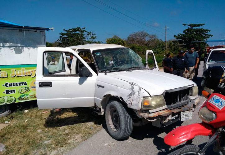 El conductor quedó atrapado en la cabina de la camioneta. (Redacción/SIPSE)
