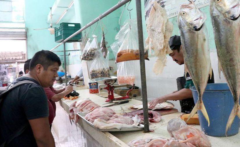 Las pescaderías de los mercados municipales no han tenido las altas ventas que esperaban. (Novedades Yucatán)
