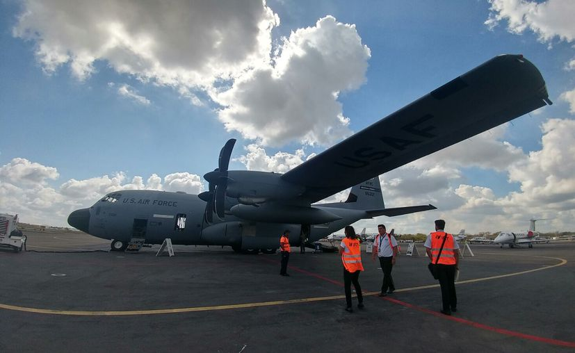 """El avión cazahuracanes de la Fuera Aérea de Estados Unidos fue """"recibido"""" oficialmente este lunes por la mañana, en al aeropuerto de Mérida. (Fotos: José Acosta)"""