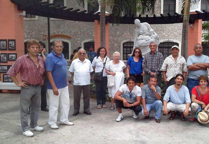 Imagen de algunos de los artistas que participan en la muestra del l grupo Art'hó en el marco del Hanal Pixán. (Milenio Novedades)