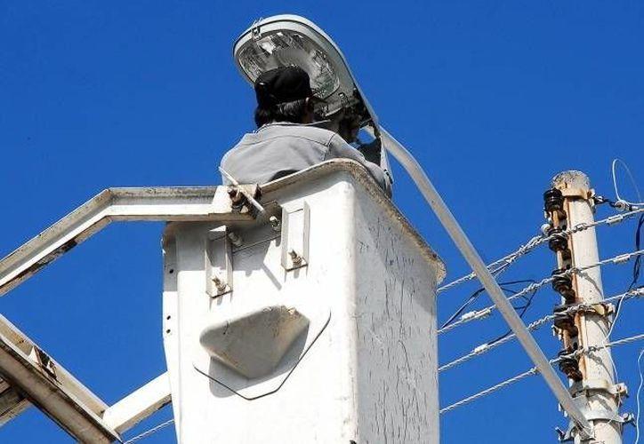 El Ayuntamiento precisa que el 80% de las luminarias está conectado a la red de la CFE y no a la del Municipio. (Archivo SIPSE)