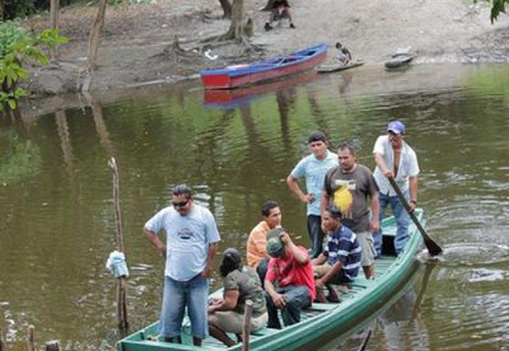 Para cruzar del lado beliceño en lancha sólo cuesta un dólar y no existe autoridad migratoria que pida la documentación. (Carlos Castillo/SIPSE)