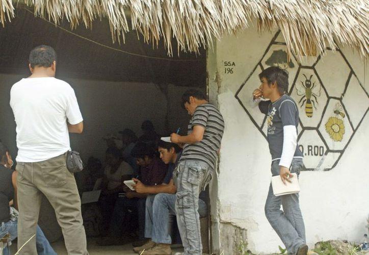Varios pobladores de Lazaro Cárdenas asistieron a la plática informativa. (Eva Murillo/SIPSE)