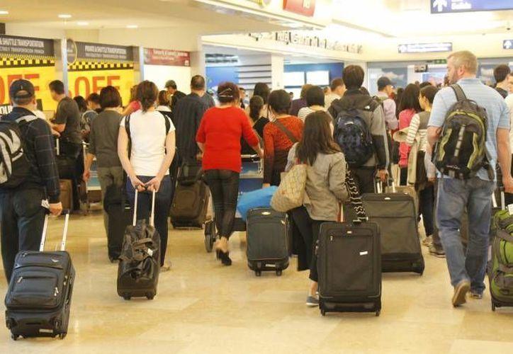 Se registra gran movimiento de pasajeros en el aeropuerto de Cancún. (Archivo/Sipse)
