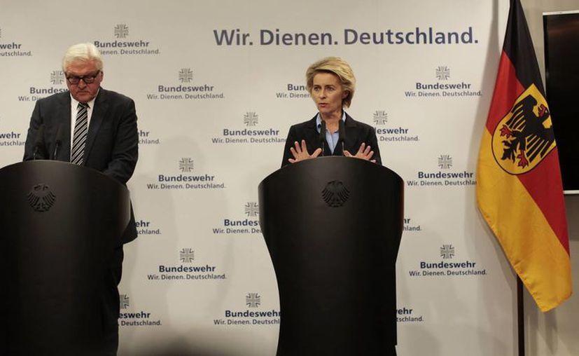La ministra de Defensa de Alemania, Ursula von der Leyen, y el ministro del exterior Frank-Walter Steinmeier, en conferencia de prensa en Berlín, Alemania. (AP Foto/Markus Schreiber)