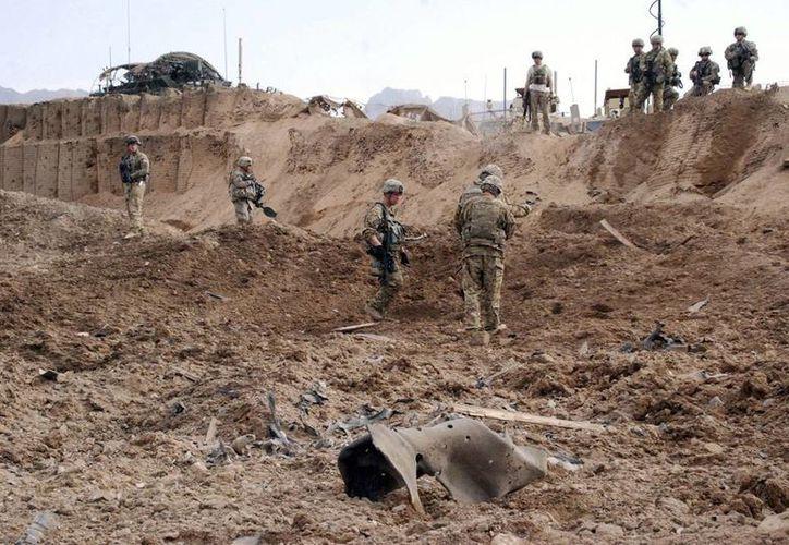 Varios soldados estadounidenses examinan la escena donde hubo un ataque suicida en el distrito de Zhri, en Kandahar, Afganistán. (EFE)