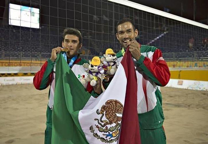 La dupla mexicana de voleibol de playa, conformada por Juan Virgen y Rodolfo Ontiveros, se llevó la histórica Medalla de Oro al vencer al binomio de Brasil, compuesto por Vitor Araujo y Alvaro Magliano, quienes partían como los favoritos.(Conade)