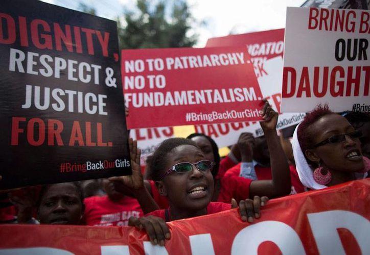 Mujeres protestan para exigir justicia y respeto, luego de más de tres meses de que unas 200 niñas fueran secuestradas por los extremistas de Boko Haram. Desde entonces, al menos 11 padres de las jóvenes han muerto por diversas causas. (Archivo/Efe)