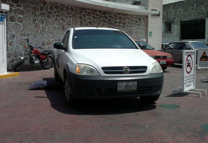 Cuando se dio cuenta que nadie le observaba, el ladrón sustrajo de esta camioneta el maletín con 250 mil pesos. (SIPSE)