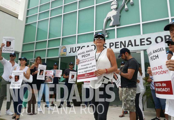 Familiares de Roberto González se manifestaron a las afueras de los Juzgados  Penales Orales. (Foto: Daniel Pacheco)